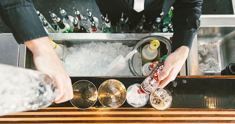 Buying Guide to the Best Ice Machine for Cocktails at Your Home Bar